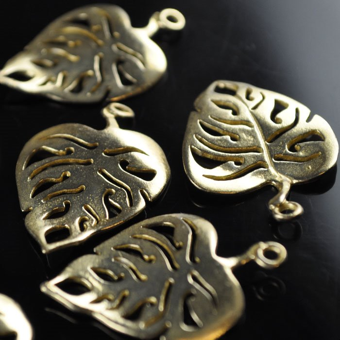 s40715 Metal Charm/Pendant -  Monstera Leaf - Bright Brass (1)
