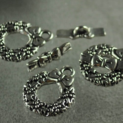Toggle Clasp - Christmas Wreath & Bow - Antiqued Silver