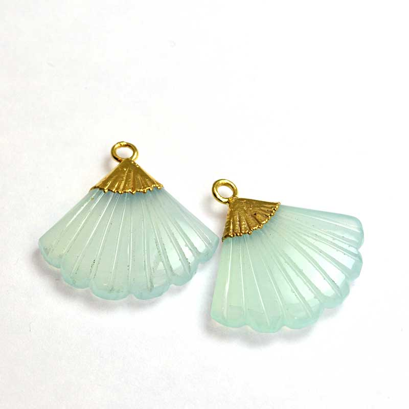 s64743 Stone Pendant -  Carved Fan-shape with Cap - Chalcedony - Goldplated